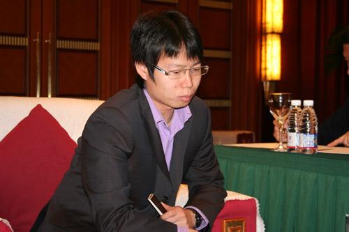 图文-阿含桐山杯决赛现场聚焦刘星握扇冷静思考