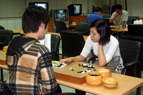图文-韩国围棋联赛第11轮现场宋泰坤和曹薰铉女儿