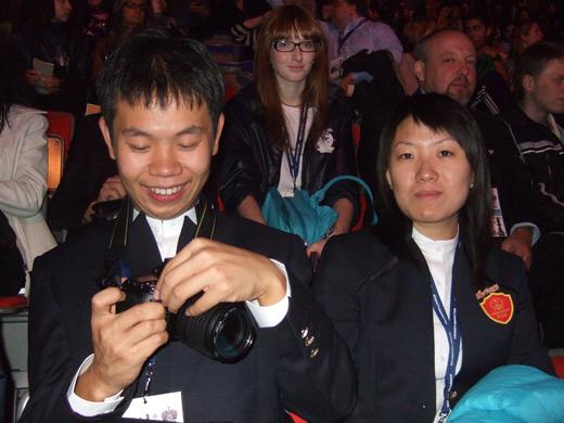 图文-国象奥赛开幕式盛况王皓开心摆弄相机