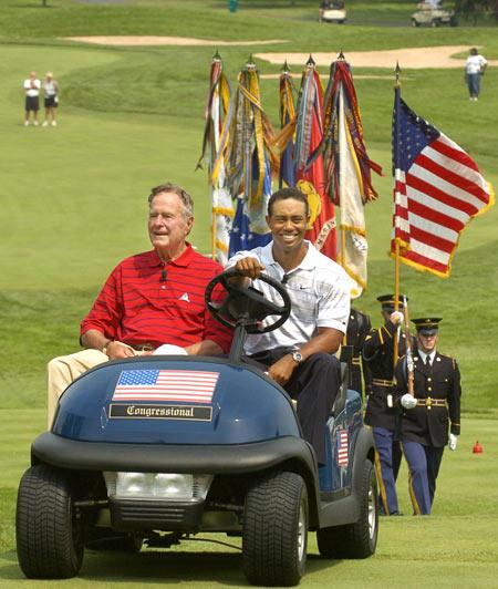 布什家族与高尔夫的渊源老虎伍兹为前总统当车夫