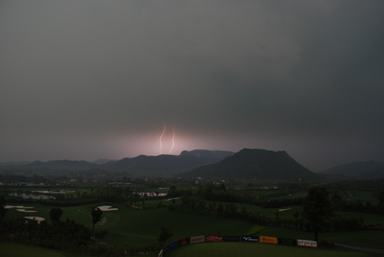 安吉龙王溪暴雨突袭比赛摄影师抓拍雷电来袭瞬间