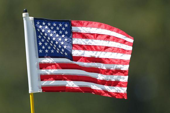 美国国旗做果岭旗 伍兹球童被提醒旗帜不能放倒
