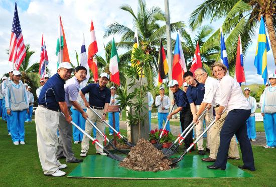 三亚-新华信托女子公开赛配对赛开球仪式上嘉宾植树环节