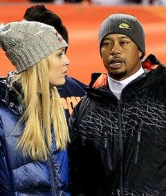 伍兹约会女友看橄榄球赛防寒服披身显得很淡然