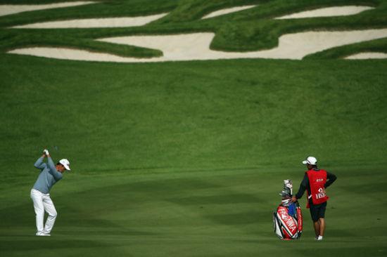 球员在高尔夫球场挥杆(新浪配图)