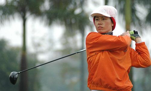 图文-美的女子精英赛首轮不畏雨天