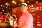 图文-欧米茄中巡赛广州锦标赛张连伟展示冠军奖盘