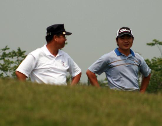 图文-中巡上海锦标赛首轮等待下一洞