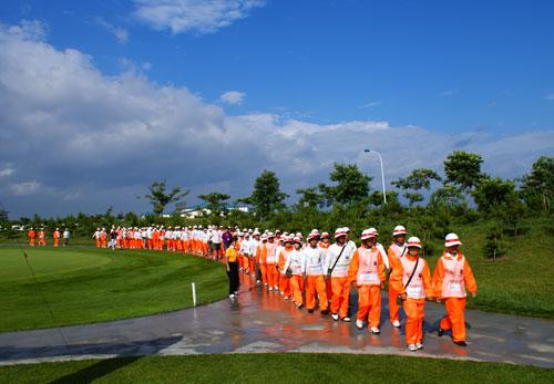 图文-俱乐部联赛华东分区赛开杆球童训练有素