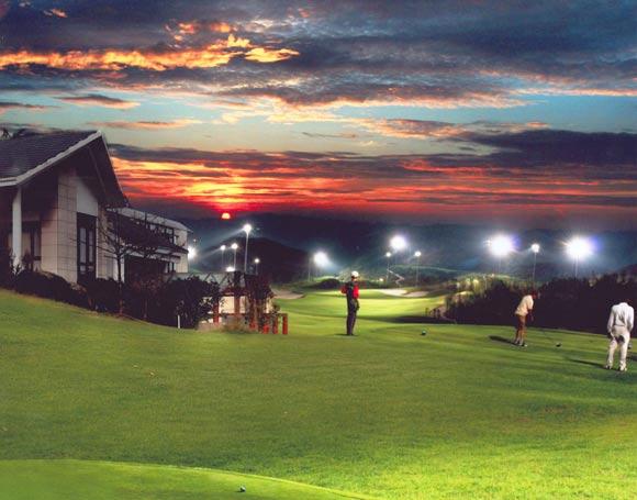 图文-重庆保利高尔夫球会夜色下挥杆