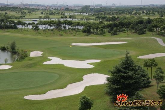 图文-上海旗忠高尔夫俱乐部美景果岭周围沙坑密布
