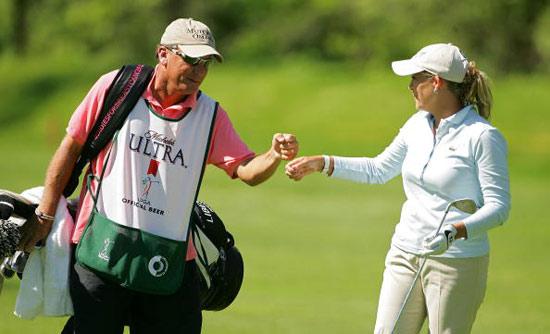 图文-LPGA科宁精英赛次轮科尔与球童相互鼓励