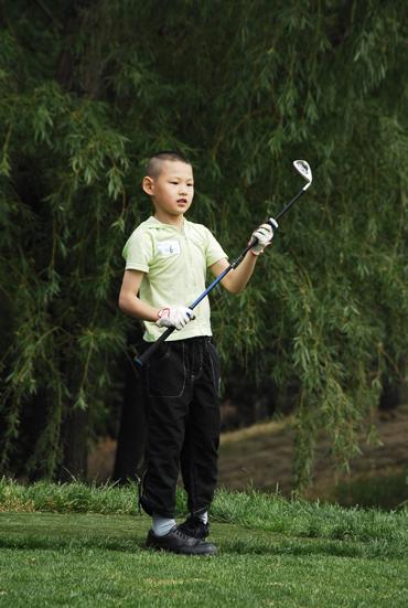 图文-天一高尔夫系列赛李霁韬握杆看球