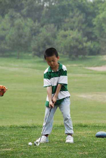 图文-天一高尔夫系列赛许松琛准备击球