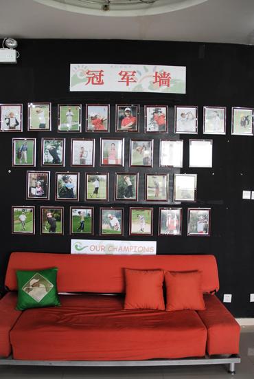 图文-天一高尔夫系列赛小选手上冠军墙