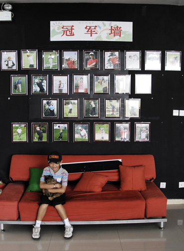 图文-天一高尔夫系列赛冠军墙下的爱心小队员