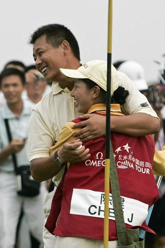 图文-中巡麓山锦标赛决赛轮陈建与球童拥抱