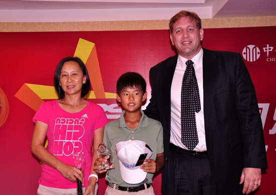 图文-张连伟杯青少年赛欢迎晚宴莫毅怀为选手颁奖
