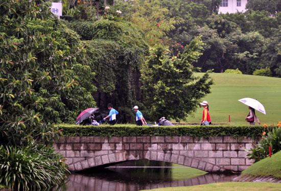 图文-张连伟杯青少年赛首轮小球手走过石桥