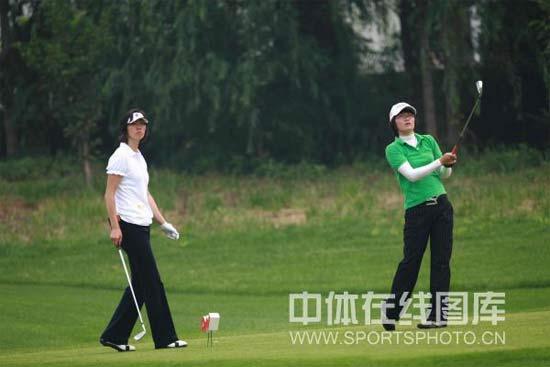 图文-叶钊颖参加高尔夫配对锦标赛比赛中全神贯注