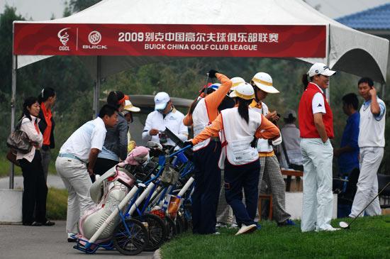 图文-联赛总决赛首轮开球前的准备工作