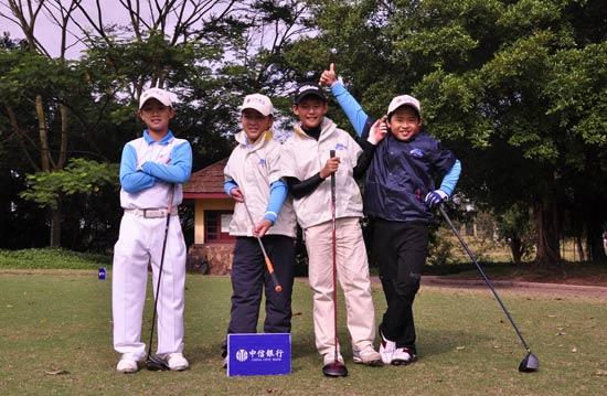 图文-中信银行青少年赛练习四个小帅哥