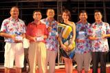 """图文-""""国信杯""""高尔夫球赛奖项得主们和美女嘉宾"""