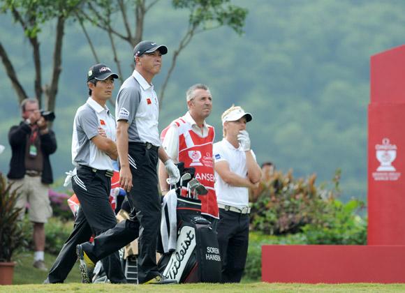 图文-高尔夫世界杯第3轮中国队张梁准备出击