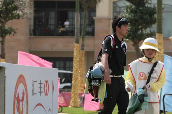 图文-汇丰青少年赛ABC组次轮准备下场