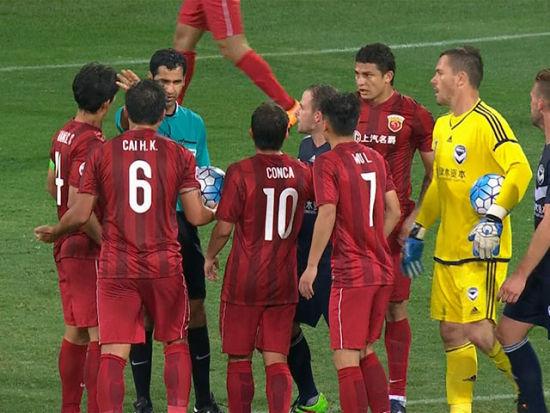 视频-裁判吹停比赛破坏上港进攻 球迷不满扔水瓶