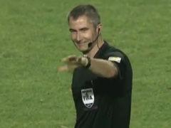 视频-裁判开哨15秒找不到门将 为迟到球员重新开球