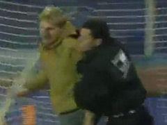 视频-球迷又调皮了! 冲入球场连过数人奔袭破门