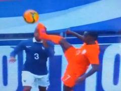 视频-荷兰再现德容式飞踹 埃弗拉惨遭夺命脚爆头