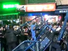 视频-土超赛后暴力升级 打砸争斗球迷互扔板凳