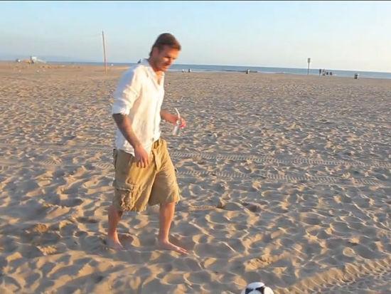 视频-骗人的足球神技之 小贝沙滩超远踢球入桶