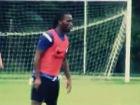 视频-德罗巴首次对抗训练 秀射门技巧引掌声