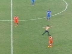 视频-球迷半裸入场抢镜苏鲁战 数安保追逐遭调侃