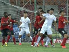 视频-韩鹏争抢卡位肘击对手 裁判毫无表示逃处罚