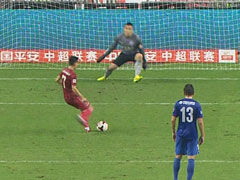 视频-徐亮禁区放铲送点 武磊连续第二轮罚失点球