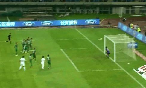 视频-杜震宇左脚任意球攻门 击中球门立柱弹回