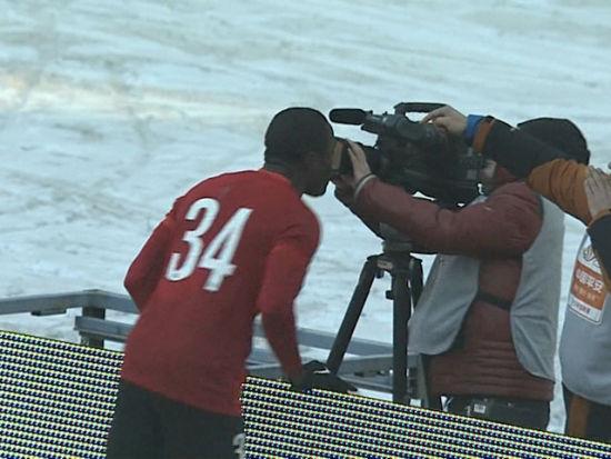 进球视频-邱卡门前补射绝杀鲁能 兴奋亲吻摄像机