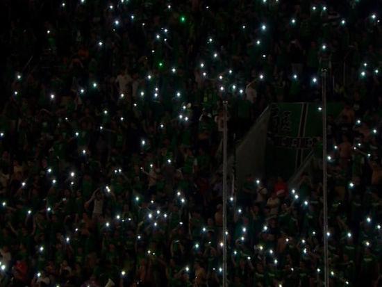 视频-永昌主场断电一片漆黑 球迷造光幕自娱自乐