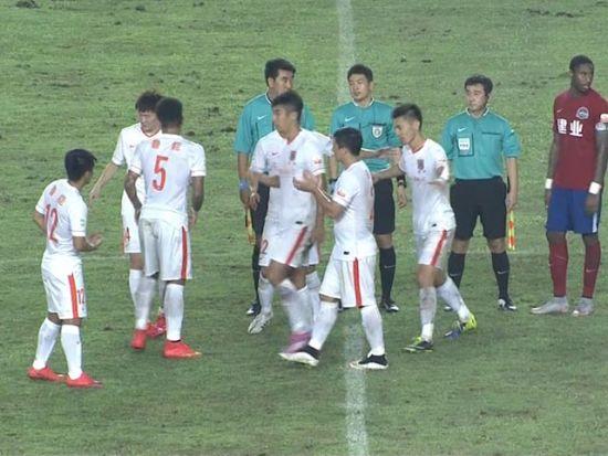视频-赛后河南欢庆胜利 鲁能全队鼓掌讽刺主裁