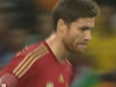 视频-阿隆索犀利任意球 皮球弹地内旋擦门而出