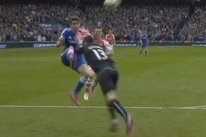 视频-奥斯卡腾空挑射被放倒 裁判拒绝判罚点球