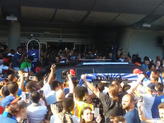 视频-德罗巴感受爆棚人气 抵达机场遭球迷疯堵