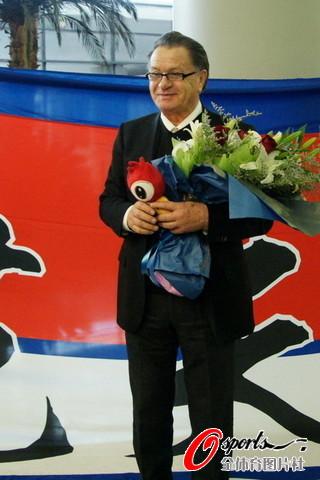 布拉泽维奇抵达上海上任 百余球迷接机引现场拥堵