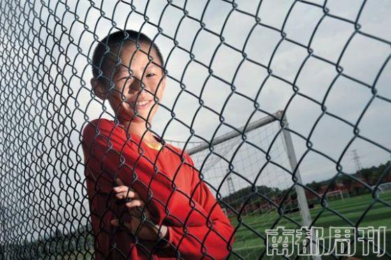 """在恒大足校被""""圈养""""的孩子 图片来源:南都周刊"""