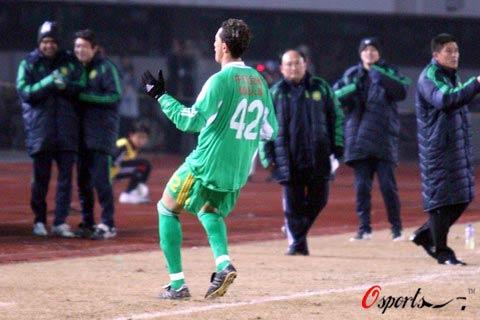 图文-[中超]北京国安VS山东鲁能堤亚哥庆祝进球