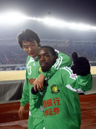 图文-[中超]北京国安1-0山东鲁能杜文辉与小马丁